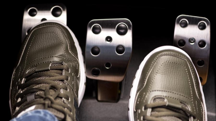 julho3-pe-acionando-pedal-embreagem-carro